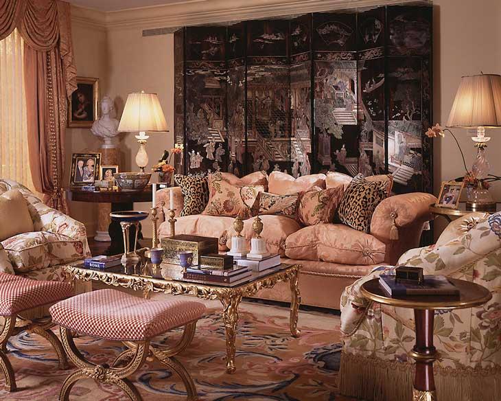 шикарная гостиная в классическом стиле с коврами и ширмой