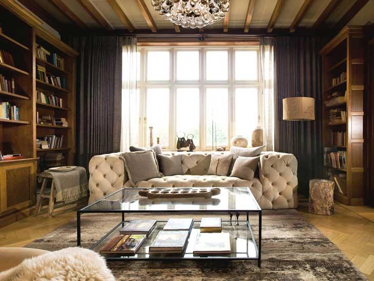 Темные шторы в гостиной в классическом стиле. Кожаные диваны
