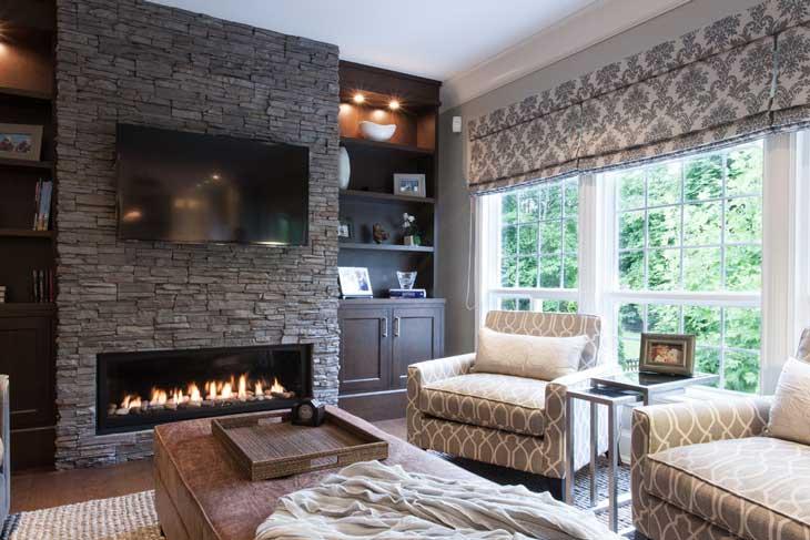 Электрический камин в гостиной в классическом стиле