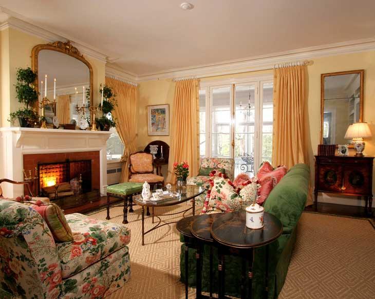 персиковый цвет классической гостиной, персиковые плотные шторы