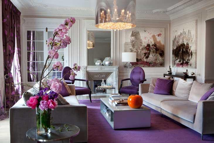 Фиолетовый цвет гостиной в классическом стиле