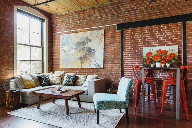 красивая гостиная с кирпичной стеной в стиле лофт