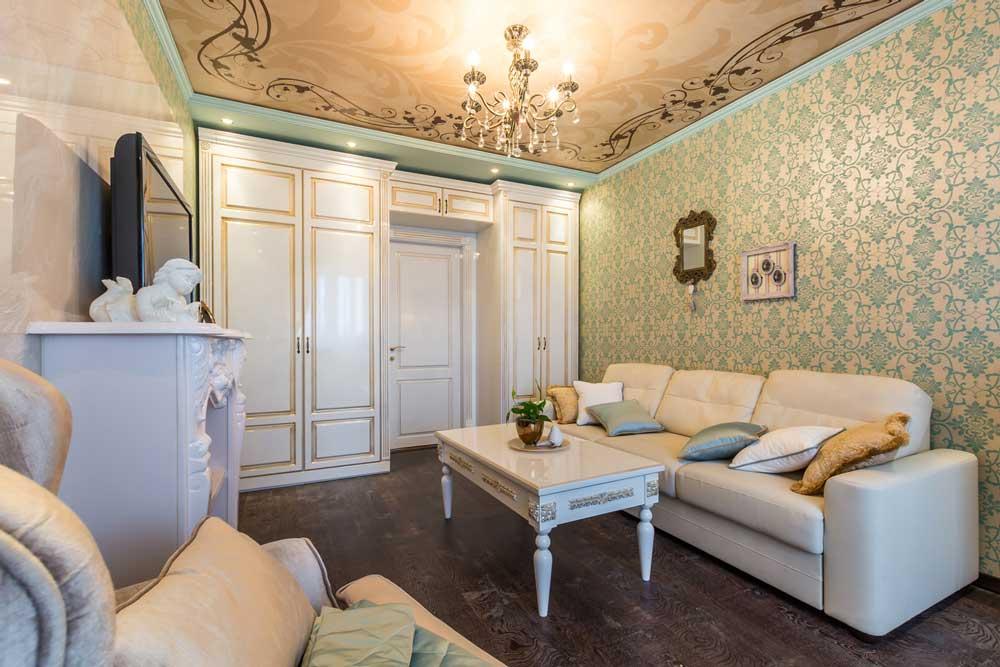 Белая мебель в классической гостиной 18 кв. м. Фото