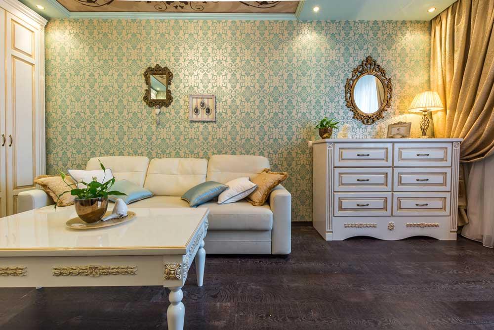 Зеленый рисунок на обоях в гостиной в классическом стиле. Фото