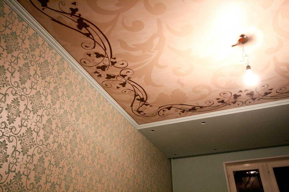 Натяжной потолок с рисунком. Фото