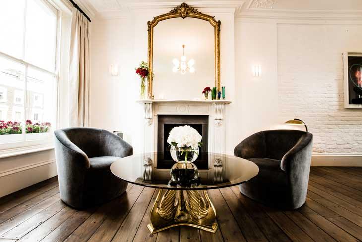 два кожанных кресла и журнальный стол в красивой гостиной фото