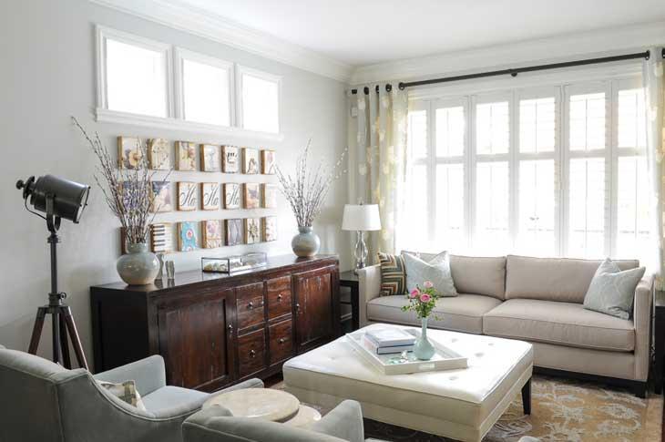красивая гостиная с большим окном